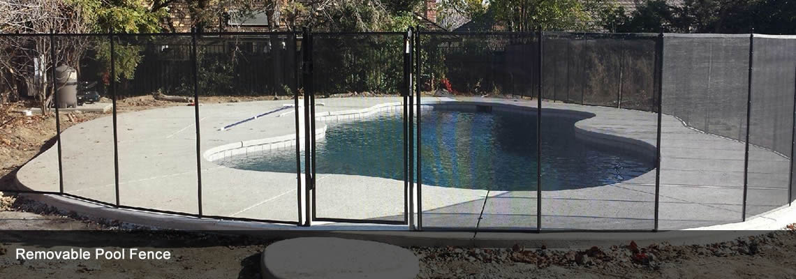 several pieces of removable pool fences are surrounding the pool in the yard