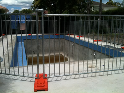 A red plastic feet is connecting two round pipe Australia pool fence panels.